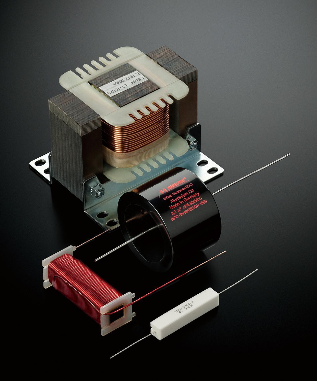 画像: ドイツのムンドルフ社製オーディオコンデンサー「MCap SUPREME EVO」などを使い、信号伝送のロスを可能な限り排除し自然な音のつながりを追求している。また、内部配線はすべて高品位な銅導体「PC-Triple C」を採用した贅沢な仕様だ