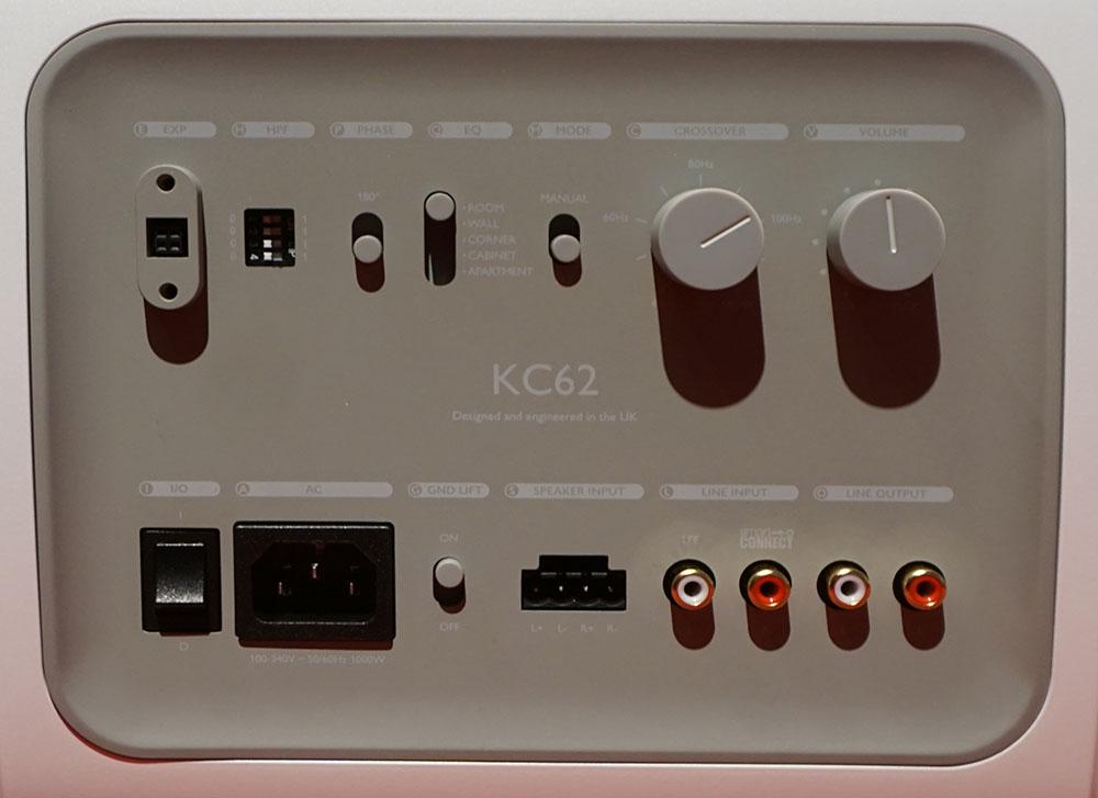 画像: 下段右から2番目がRCA入力端子で、その左隣がスピーカーケーブル用コネクターの取り付け部。再生モードの切り替えは上段右から4番目のスイッチで可能