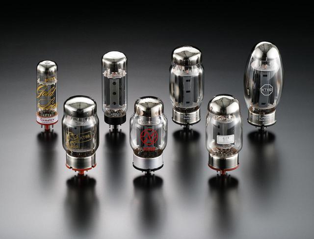 画像: 「実験工房」は「EL34/KTシリーズ出力管 新旧23種の聴き比べ」です。異なる規格の多極管をそのまま差し替えて鳴らせるアンプで、EL34/6CA7とKT88からKT150までKTシリーズの現行/ヴィンテージ管を聴き比べます。テスターは新 忠篤氏、真空管研究家の岡田 章氏、秋葉原の専門店に所属され管球式アンプの設計やメインテナンスで多くのノウハウを持つ児玉眞一郎氏の3氏です。