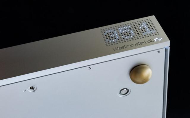 画像: フロントパネルの中央下部にグラウンドモードの切り替えスイッチが備わっている。このスイッチを正面からみて右側にすると「モード1」、左側では「モード2」になる。「モード1」は音のアグレッシブさは減るが、ノイズ成分等を抑える方向で、「モード2」は情報やスピード感は出てくるが、ノイズが出てくる場合もあるという