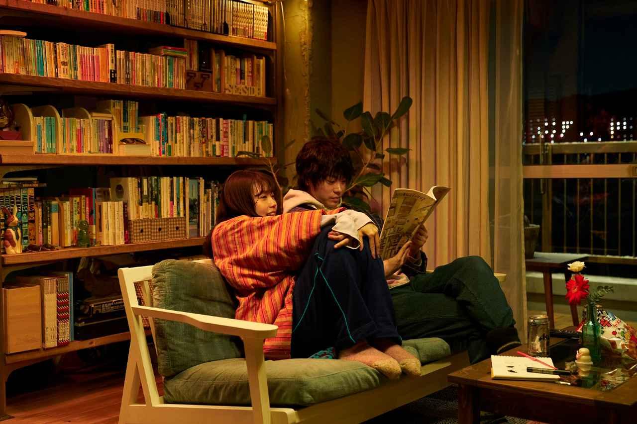 画像: 大阪府出身で1993年2月21日生まれの菅田将暉と、1993年2月13日に兵庫県で生まれた有村架純は、同い年で出身地も近い。同時代に映画やドラマを牽引してきたふたりが、「どこにでもいる普通の人」をごく自然に演じている
