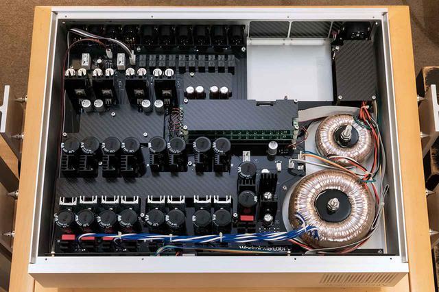 画像: 内部回路はひじょうに綺麗に仕上げられており、ワイアリングひとつにまで気を遣っていることがうかがえる。写真はオプションのカーボンファイバーシールドを取り付けたバージョンで、今回の試聴ではこのセットを使った。この場合の価格は¥3,300,000(税別)