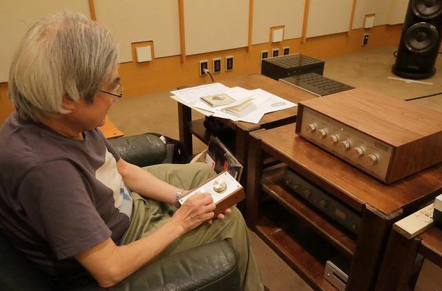 画像: リモコンU・BROS280RMの操作感を確認する吉田氏。