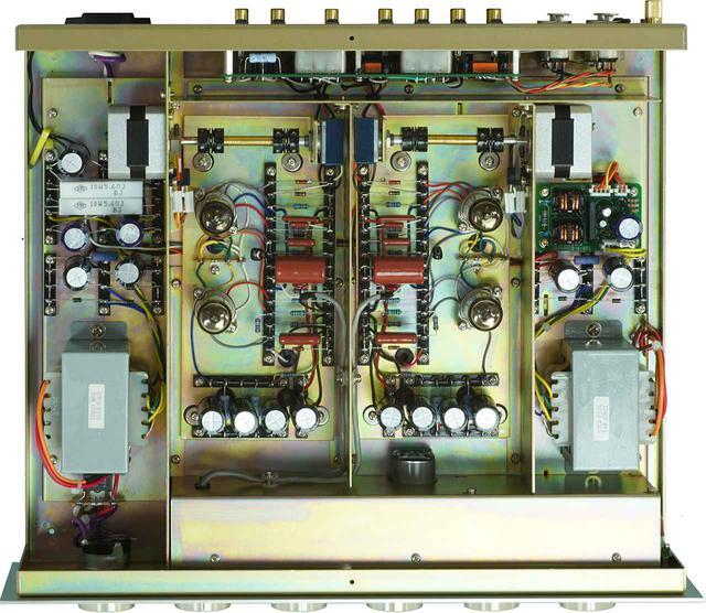 画像: 天板を外した内部。アンプシャーシはチャンネルごとに独立し、左右に振り分けたL/R独立の電源トランスで電源を供給。信号アースもL/Rチャンネルで独立させ、デュアルモノーラル構成となる。L/R独立の音量調整ボリュウムはリアパネル近くのセンターに最適配置されてステッピングモーターで駆動、信号経路は従来比1/7に短縮。使用する真空管は、真空管全盛時代に松下電器に特注した低雑音管12AX7Aを増幅回路に採用、フィリップスの軍規格管12AT7を出力バッファーに使用する。