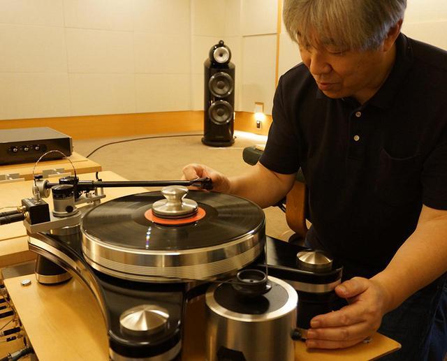 画像: ↑試聴する三浦氏。カートリッジはフェーズメーションPP2000を装着。 ※試聴に使ったフォノイコライザー フェーズメーション EA-1000 ¥900,000