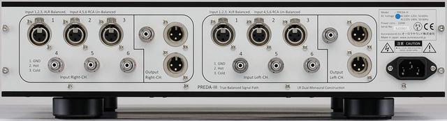 画像: 入出力端子のレイアウトはモノブロック構成が見て取れる。出力端子はRCAアンバランス1系統、XLRバランス2系統を装備。