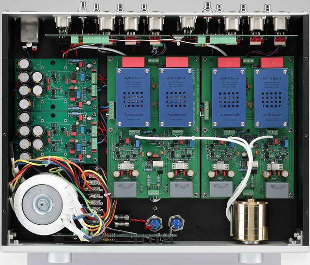 画像: 天板を外して内部を見る。左下のトロイダル型電源トランスは2階建てで配置される。右下のアルプス製ボリュウムはフルバランス伝送に対応する4連。4基配されるAurora AMP-2モジュールはNECと東芝製のディスクリートFETとトランジスターを採用。ハイスピード化、ローノイズ化を進めた最新仕様を搭載する。