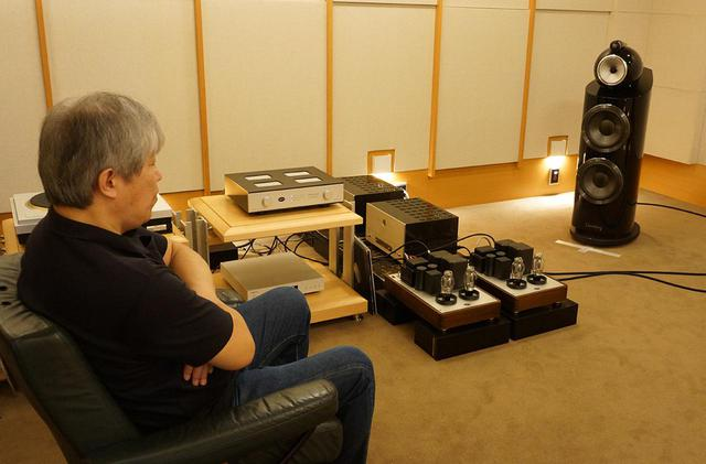 画像: パワーアンプPADA300Bとの組合わせで本機を試聴する三浦氏。