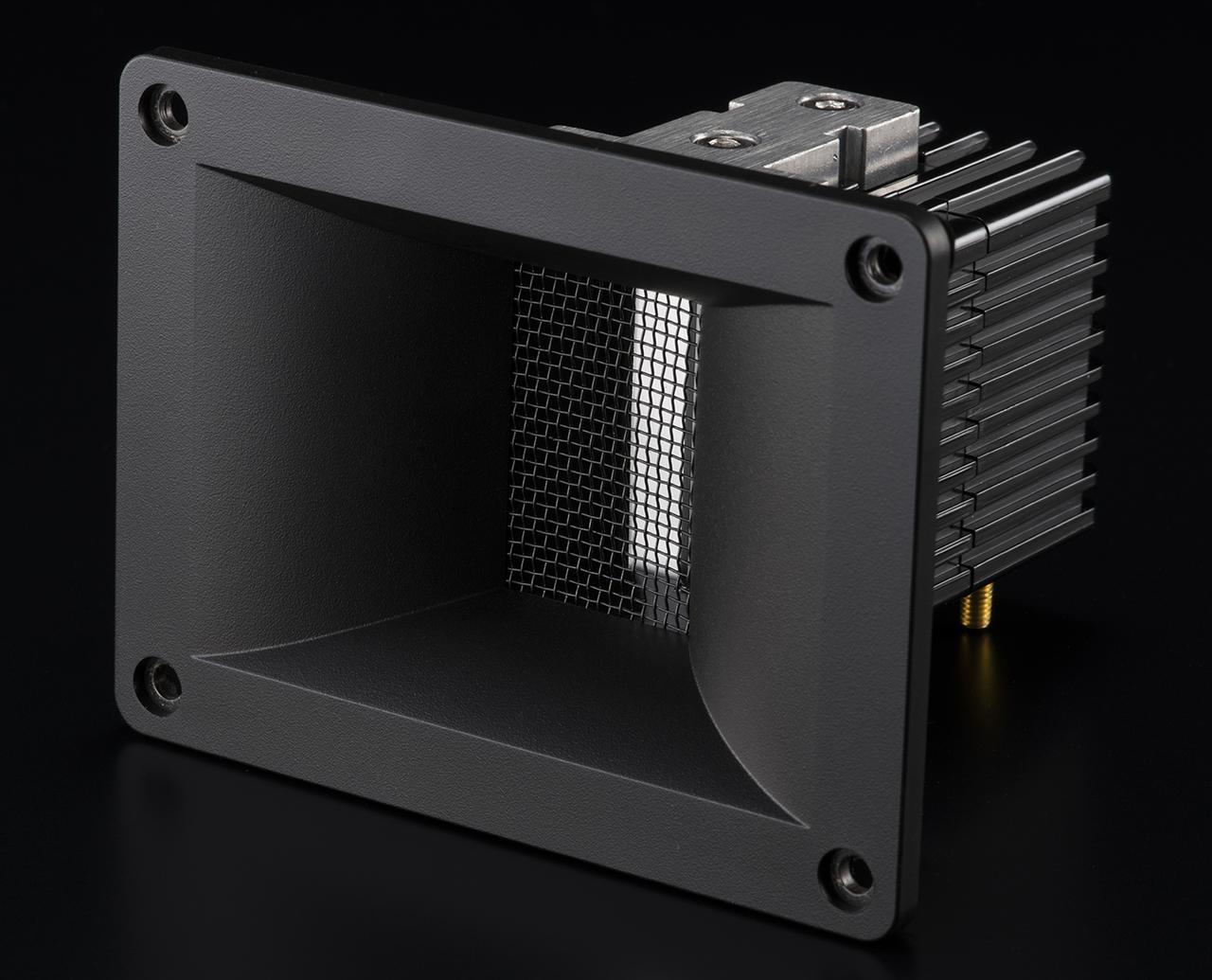 画像: エアパルススピーカーの特徴のひとつが、オリジナルのリボントゥイーター。アルミニウム製リボン振動板を強力なネオジム磁石で駆動。リボン前面のホーンでロード(負荷)をかけて、指向性を精密に制御している。クリアーで歪み感の少ない高域再現の源だ