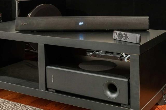 画像: 【鳥居一豊の名品探訪】クリエイティブメディアのコンパクトなサウンドバー「Creative Stage V2」は、ホームシアターで大画面テレビやプロジェクターと組み合わせても、迫力のサウンドが満喫できる!