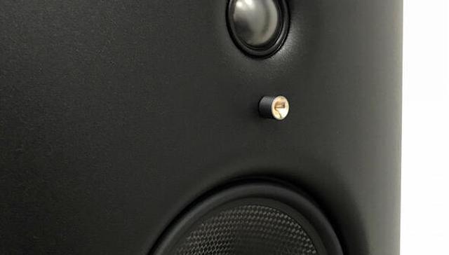 画像: 室内に貼るだけでいい音になる、シナジスティック リサーチの「HFT」シリーズ。ボタンサイズで、システムと部屋のパフォーマンスを全方位から改善