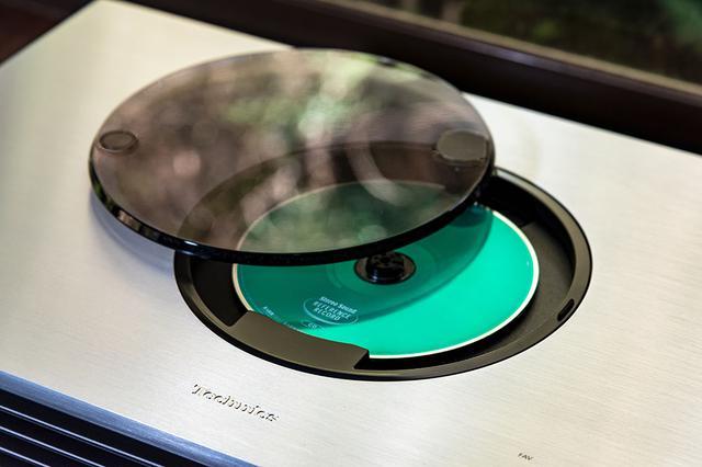 画像: CDは天板にある蓋をスライドして装着する