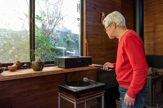 画像: 今回は和田さんのご自宅リビングにSC-C70MK2を持ち込んで、CDからラジオ、ネット音源、アナログレコードまでじっくり楽しんでもらっている。このまま置いておきたいとは和田さんの率直な感想