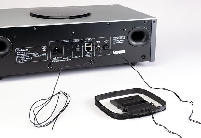 画像: FM/AM用のアンテナも付属している。本体背面の端子部につないだところ、ビル5Fにある編集部でも快適に受信できた