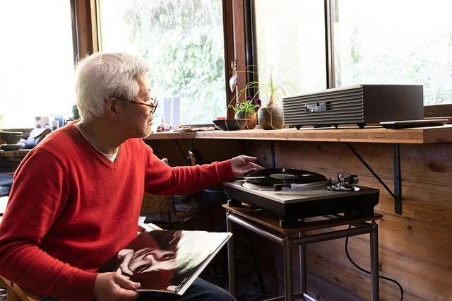 画像: 和田邸のリビング窓際にSC-C70MK2を置き、その下にオーディオ用ラックをセットしてSL-1500Cを載せている。アナログレコードのある豊かな生活とは、こういうことなのかも