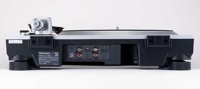 画像: SL-1500Cのリアパネル。中央のやや奥まった部分に端子類が搭載されている。ふたつ並んだRCA出力の左側は外部のフォノイコライザーとつなぐための出力で、右は内蔵MMフォノイコライザーを経由したライン出力(オン/オフ可能)