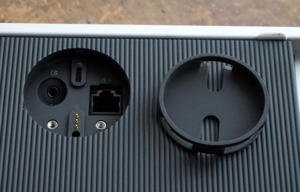 画像: Beosound Levelの背面には充電用のコネクターが用意されている。その部分のカバーを外すと、光/アナログ入力端子や有線接続用のLANコネクターが隠されていた