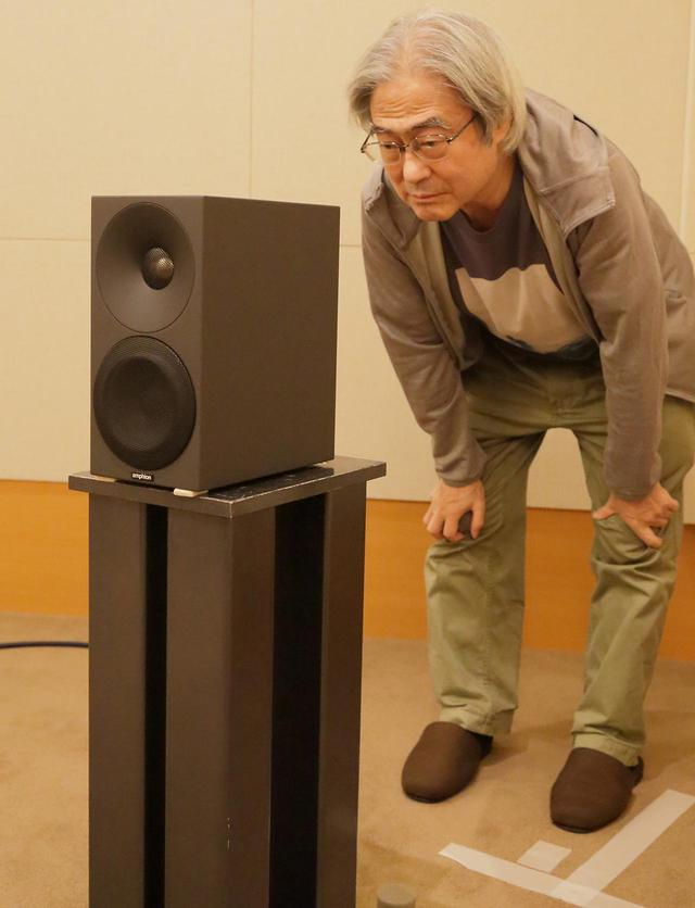 画像: Helium410の背面を確認する吉田氏。
