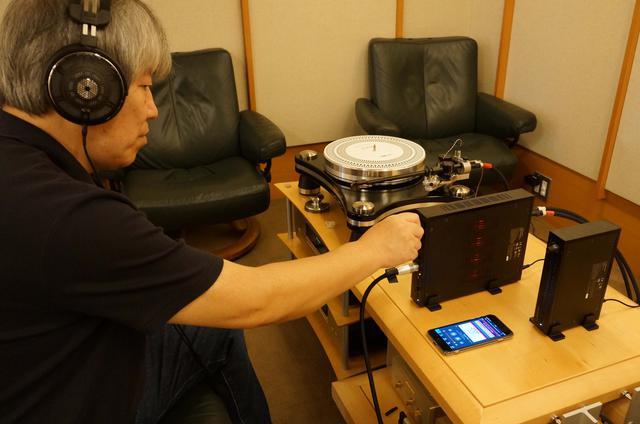 画像: 試聴する三浦氏。ヘッドフォンは同社の最高峰モデルATH-ADX5000を使用した。