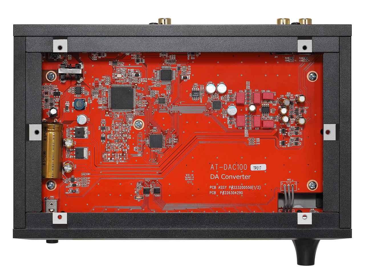 画像: 内部を見る。DACチップはAKM社製AK4452VNを採用する。AT-BHA100ともにWIMA製フィルムコンデンサーなど高品位なパーツが採用されている。
