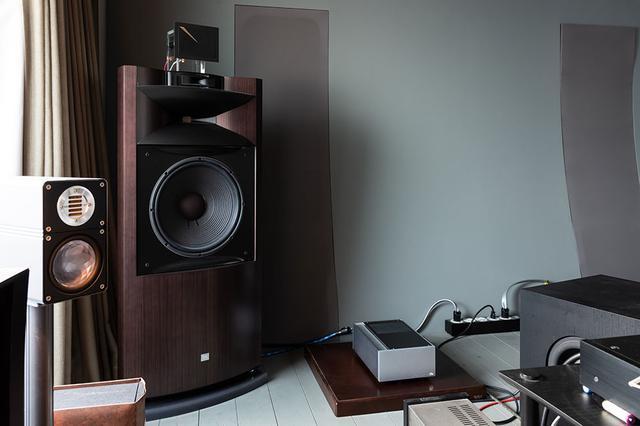 画像: 取材は山本さんのオーディオルームで行っている。「Rei」は普段オクターブ「MRE220」が置かれているのと同じ、「K2 S9900」の隣に設置した