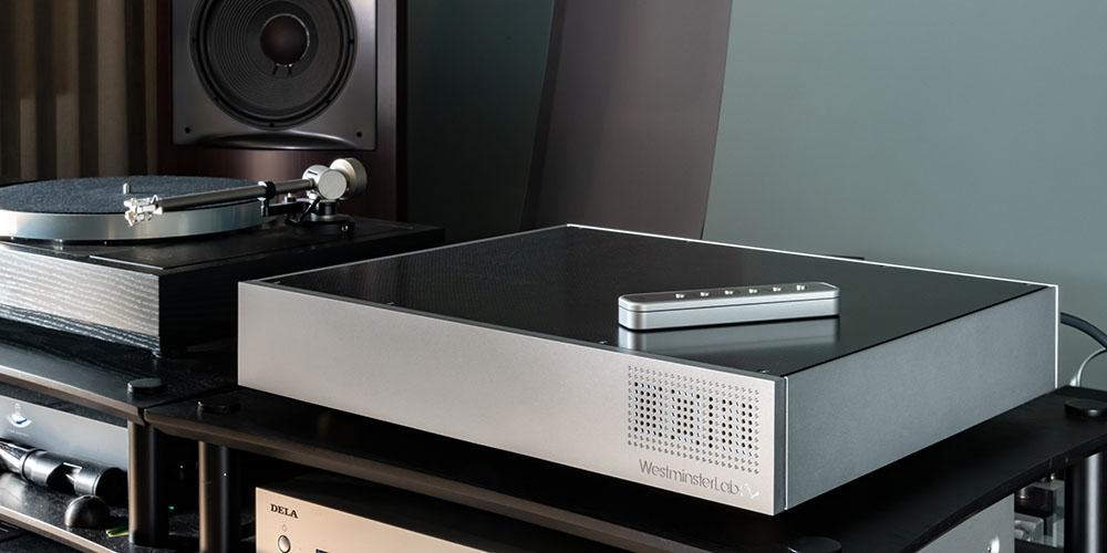 画像: プリアンプの「Quest」はオーディオラックの最上段に設置。ここにハイレゾ音源やアナログレコードの信号をつないでいる