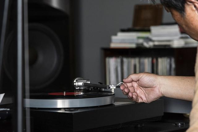 画像: 山本さんの愛用アナログレコードプレーヤーはリンの「Klimax LP12」。試聴時は、フォノイコライザーからのバランス出力を使った