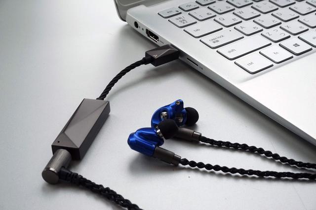 画像: USB Type C端子を装備するDELL製ノートPCにPEE51をつなぎ、HS1300SSを鳴らした。パソコンのヘッドホン端子につないだ音とは雲泥の差があった。追加するアイテムとしては最小限だったにも関わらず、効果は絶大だった