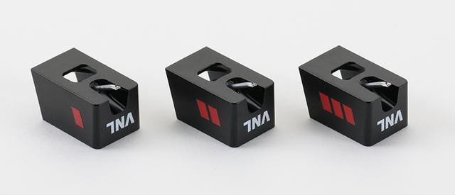 画像: ↑付属する3つの交換針はトラッキングアビリティ(垂直方向の音溝の変化への対応力)と水平コンプライアンス(水平方向の針先の動きやすさ)が異なる。それぞれサウンドの持ち味も違う。スタイラスチップは半径18μmの丸針で共通、カンチレバーはいずれもアルミ製となる。