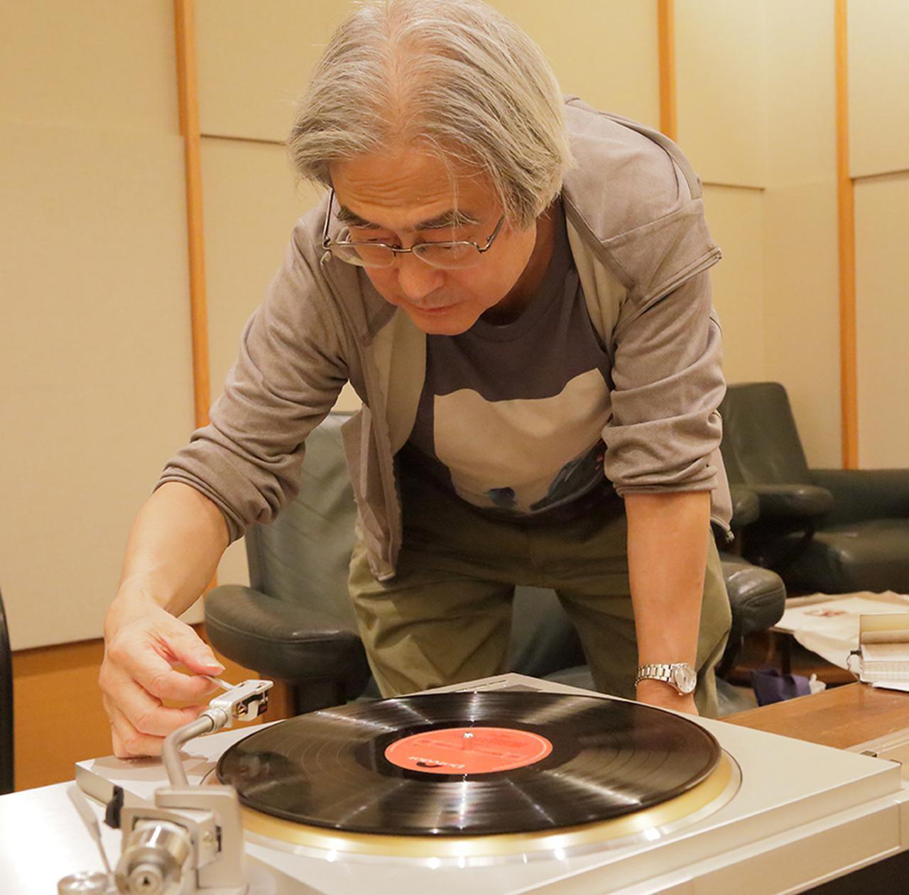 画像: ↑3種の針先による音の違いを試す吉田氏。