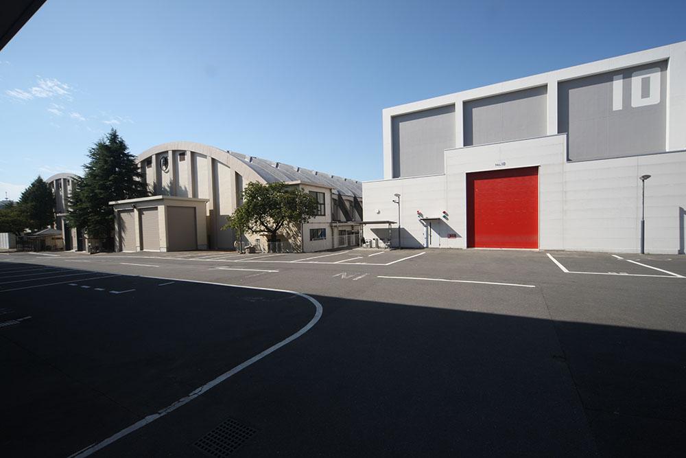 画像: 写真右側、No.10ステージの広さは658平方メートル。有効面積200坪の「使いやすさ」を追求した最新鋭の撮影用ステージだ。左奥のNo.8、No.9ステージ は1955年に完成した建物で、今でも現役で使われている
