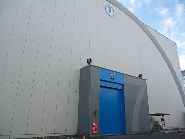 画像: 広さ957平方メートルのNo.7ステージ。キャットウォークまでの高さ約11mを誇り、広さは約300坪と東宝スタジオの中でもっとも体積が大きいステージ