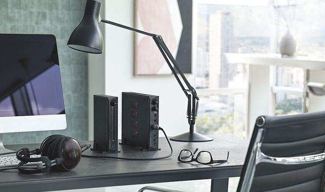 画像: 両モデルは縦置きにも対応する。幅をとらないので、PC用のデスクにも設置しやすいのが特徴だ