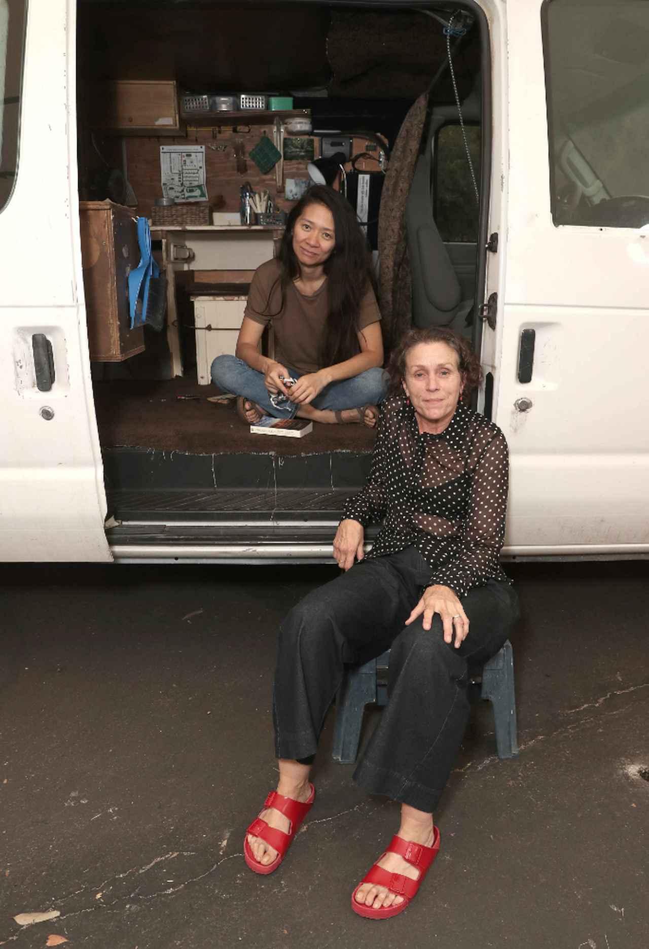 画像: クロエ・ジャオ監督(奥)とフランシス・マクドーマンド(手前)。中国・北京出身のジャオは、北京とイギリスで育った後アメリカに移住。ニューヨーク大学では映像制作を学んだ。次回作はなんとマーベルのヒーロー映画『エターナルズ』で、監督のみならず脚本にも関わっており、製作陣が彼女に寄せる期待の大きさがわかる