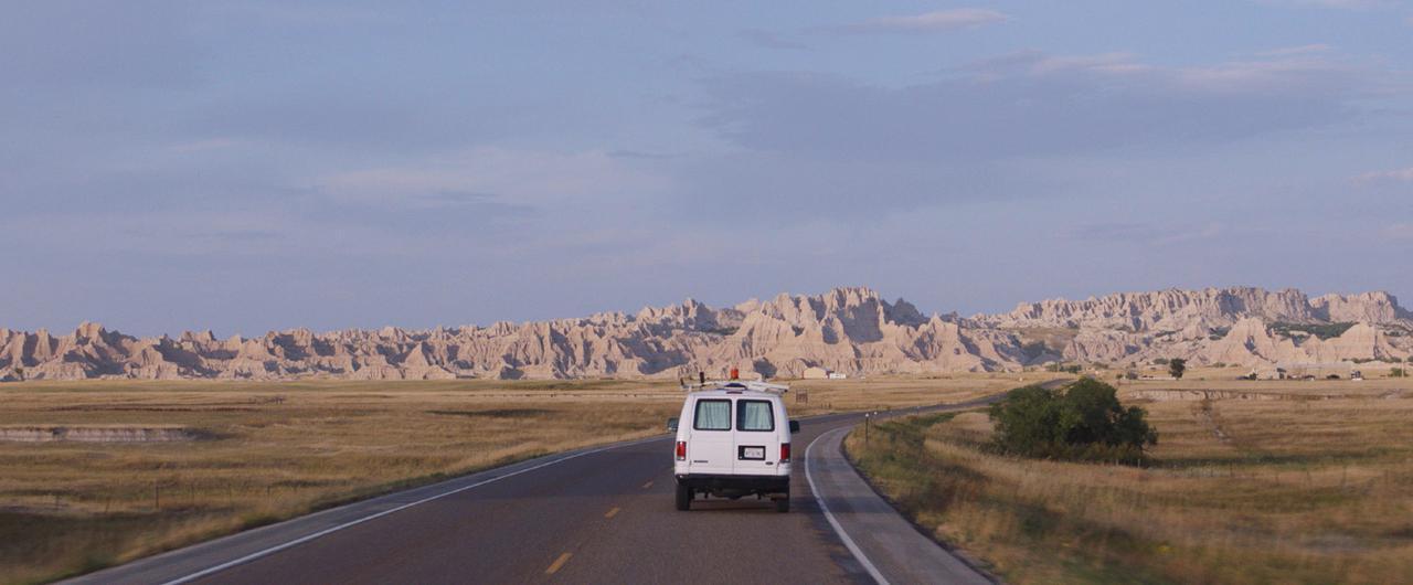 画像: 亡き夫との思い出が詰まったキャンピングカーで、ノマドとして終わりのない旅に出る主人公ファーン。アメリカの雄大な景色は、それそのものがひとりの登場人物のようだ
