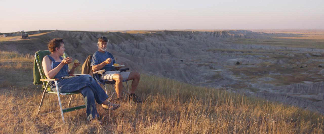 """画像: デヴィッド・ストラザーン(右)は、煙草をくゆらせるニュースキャスター、エド・マローを演じた『グッドナイト&グッドラック』(2005年)でアカデミー賞主演男優賞にノミネート。そのときとは似ても似つかない完璧な""""ノマド""""の姿でスクリーンに登場する"""