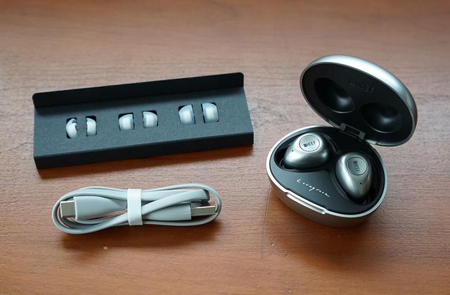 画像: 4種類のイヤーピースと充電用USBケーブルが同梱されている