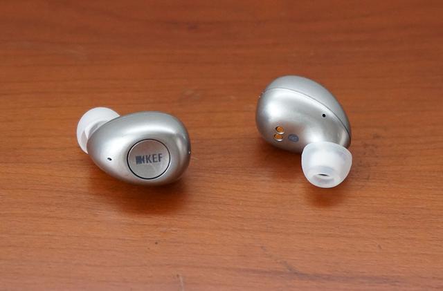 画像: イヤホン本体は丸みを帯びた可愛らしいデザイン。中央の「KEF」ロゴマーク部分がボタンになっている