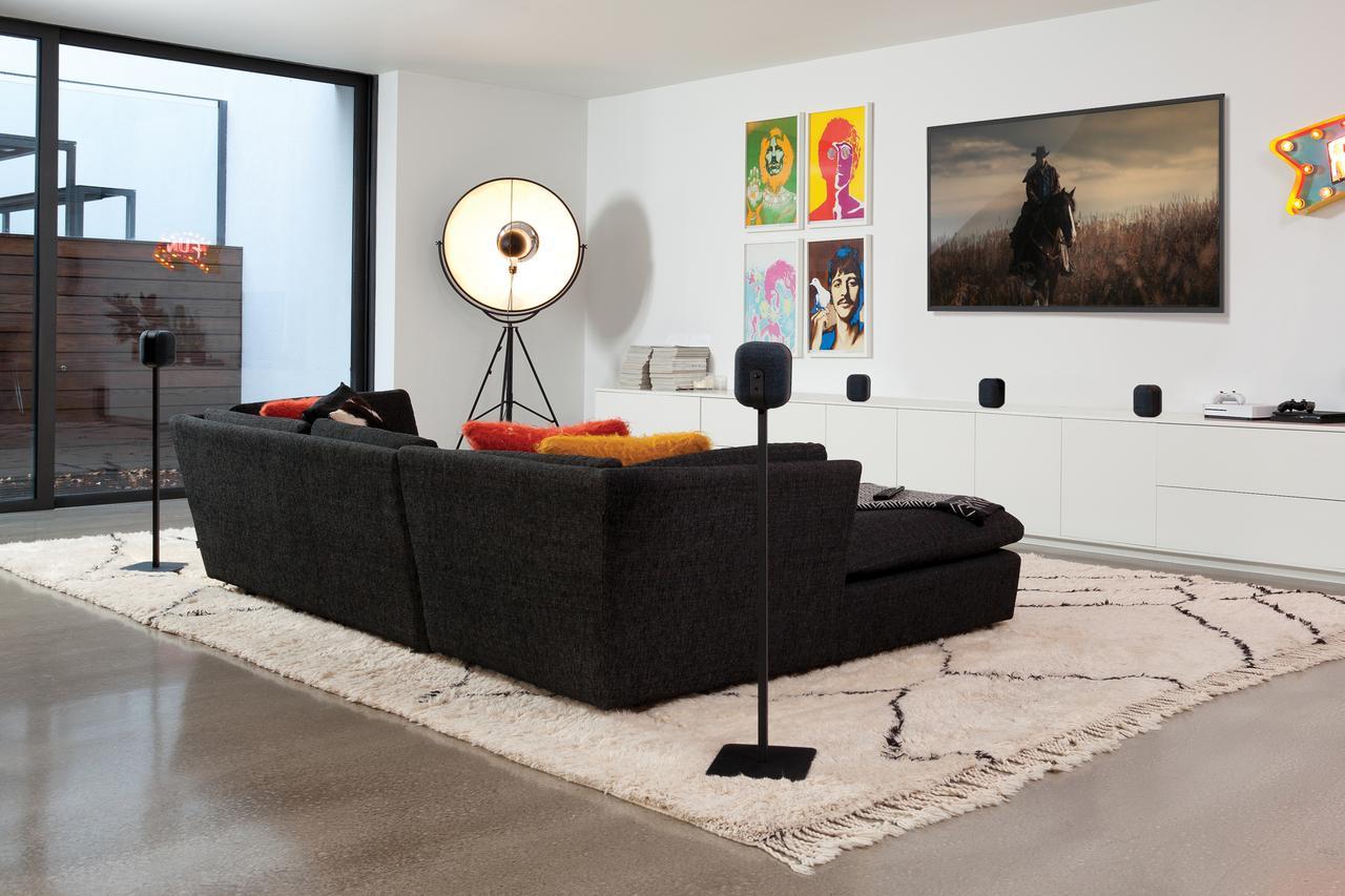画像: サイズが小さく圧迫感がないので、リビングでテレビを視聴するためのサラウンド用途に勧めたいスピー