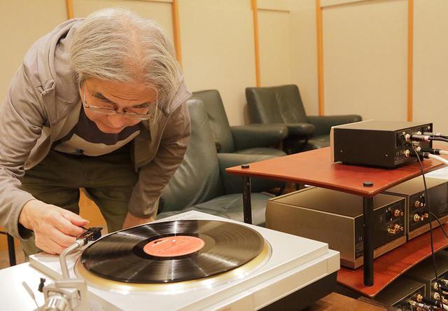 画像: 同社カートリッジPP2000で、昇圧トランスT550を試聴する吉田氏。