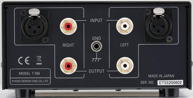 画像: 昇圧トランスT550のリアビュー。入力端子はRCAアンバランスとXLRバランスの2系統。セレクターは装備しないのでどちらか一方を使用する。出力はRCAアンバランス1系統。