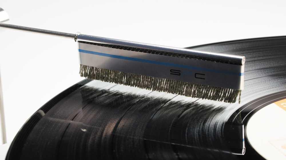 画像: 盤上に、盤に触れないように刷毛をセットする。間隔は2mmほどとるといいそうだ