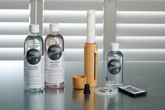 画像: 左からオプションの洗浄液「discOvery 33/45」「同 BTM]。以後右側は製品同梱のブラシ、洗浄液、クランパー、アダプター、照明用リモコン