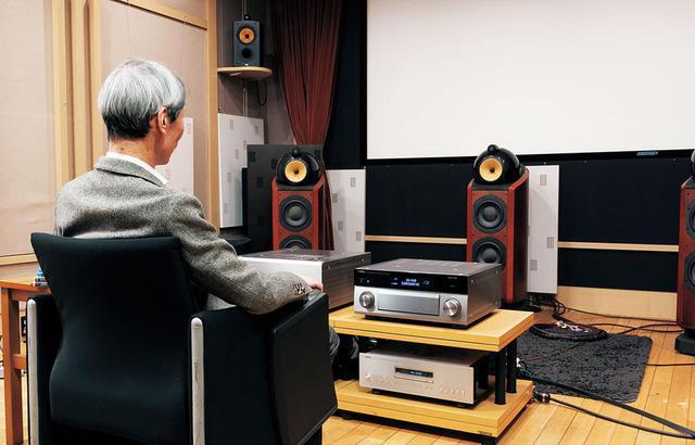 画像: ▲取材はヤマハ東京事業所の視聴室で実施した。ストレート再生はもちろん、SURROUND:AI(リモコン中央のボタンでオン/オフ可能)も組み合わせている