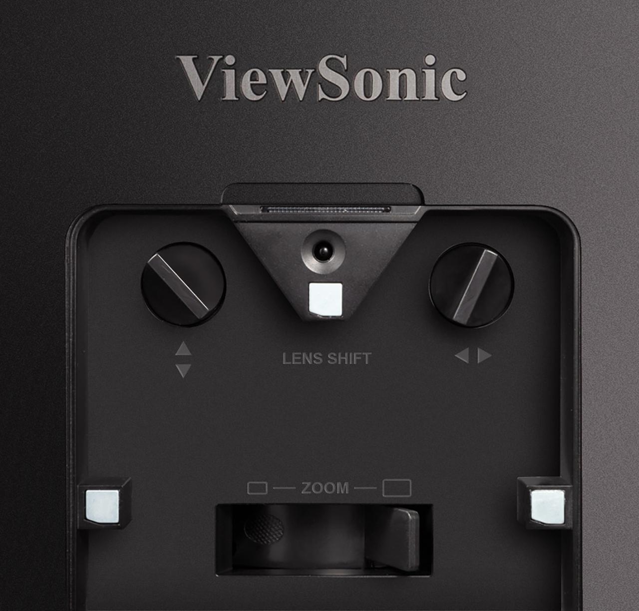 画像: ズームやシフトは本体天面の黒いパネルを開いて手動で調整する。ピントや台形補正はリモコンで操作可能だ