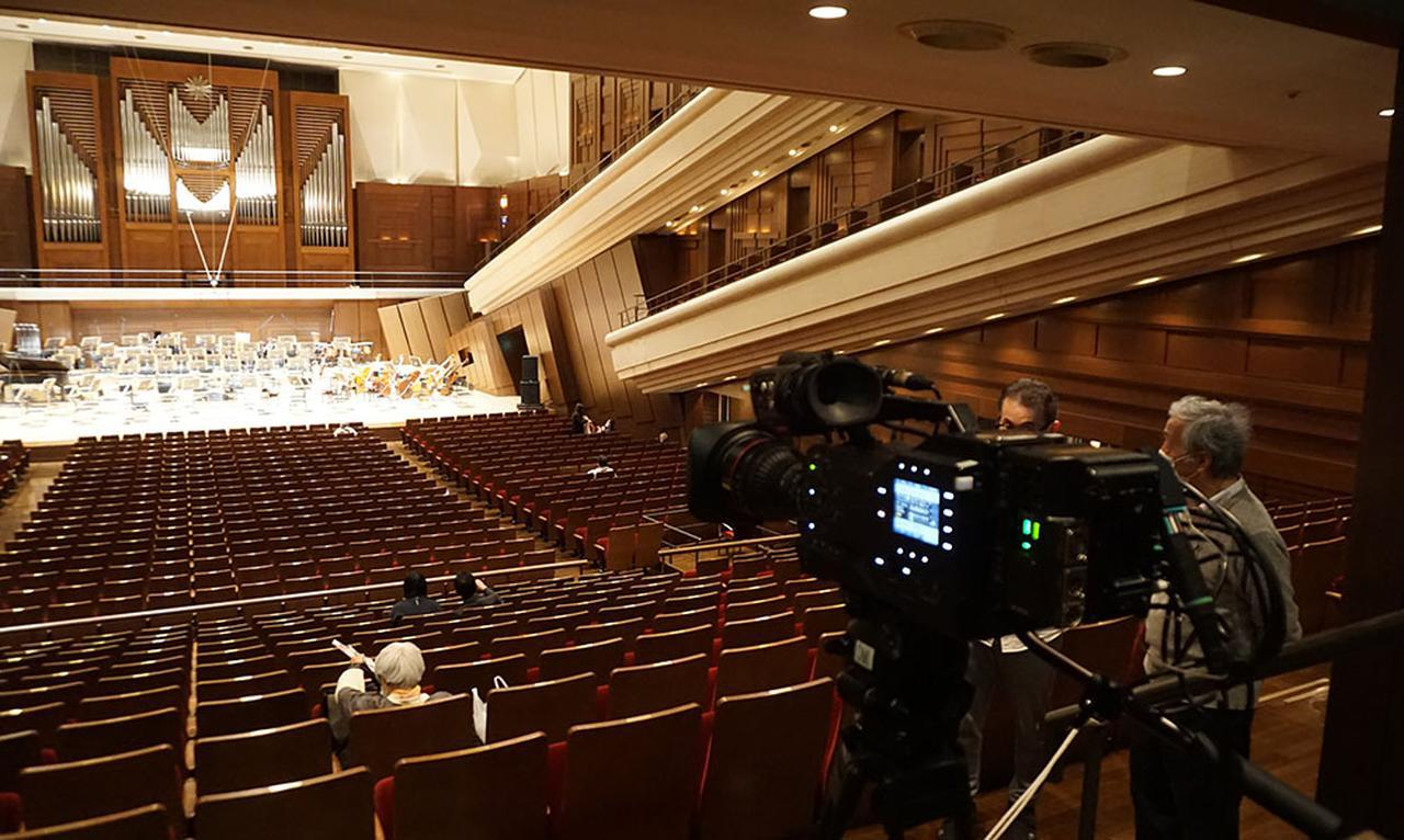 画像: 8Kカメラは会場中央奥に設置。これでステージ全体を撮影し、そこから映像を切り出して配信する