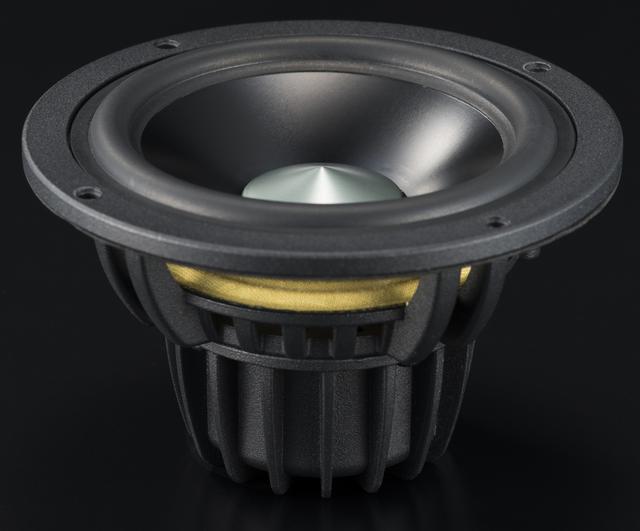 画像: A80とA100 BT 5.0の最大の違いがこのウーファーユニット。エンクロージャー自体もサイズアップしているが、ウーファー口径は115mmから127mmへ。振動板はアルマイト処理されたアルミニウム合金で、35mm系のアルミボイスコイルが組み合わされている