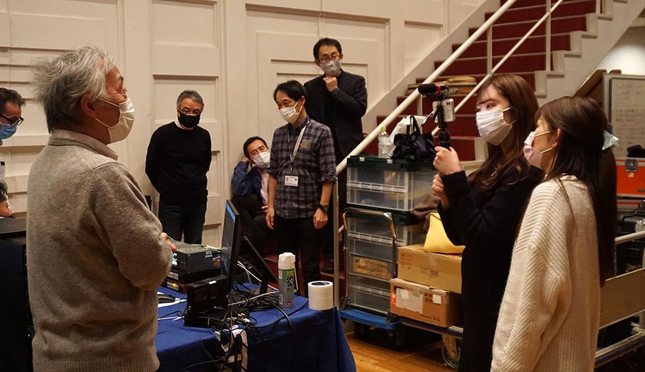 画像: 現場で、アストロデザインのYouTubeスタッフから逆取材を受ける麻倉さん。配信初心者という担当者ふたりに、懇切ていねいに解説してくれました