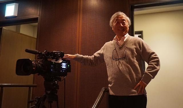 画像: すみだトリフォニーホールにて。今回の配信では、写真左のシャープ製8Kカメラで捉えた映像から4つの画角の2K映像を切り出して送りだしている