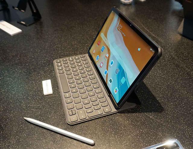 画像: 「MatePad」の新製品となる64Gバイトモデル。写真のキーボード等は別売です